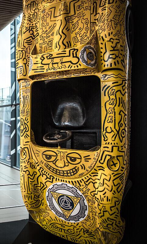 Artcar signé Keith Haring, à découvrir au Musée des 24 Heures du Mans, entre amis ou en famile.